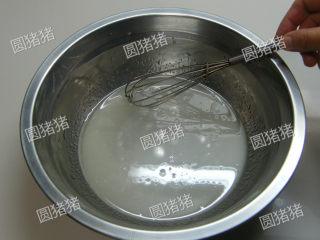 可可奶冻卷,戚风蛋糕卷制作方法:  沙拉油加热开水搅拌均匀。