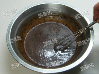 可可奶冻卷,加入可可粉搅拌均匀。