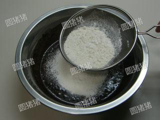 可可奶冻卷,筛入低筋面粉。