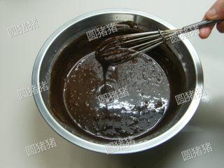 可可奶冻卷,用手打将面糊搅拌均匀,制成可可蛋黄糊。