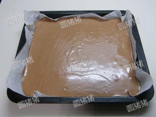 可可奶冻卷,将制好的蛋糕糊倒入垫有油纸的烤盘内,烤箱150度预热,150度中层烘烤30分钟,转170度底插烤盘再烤8-10分钟。