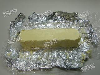 可可奶冻卷,再取出冻好的奶冻,切成40mmx40mm的方形条状。动物鲜奶油+细砂糖打至硬性发泡,涂在蛋糕表面。