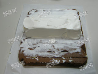 可可奶冻卷,在奶冻表面也涂上打发鲜奶油。