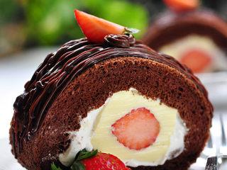 可可奶冻卷,将黑巧克力及鲜奶油隔水溶化成液态,冷藏至略凝固时用挤花袋在蛋糕表面挤上条纹,再切件即可。