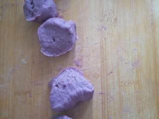 紫薯馒头,揉出气泡,弄成剂子。