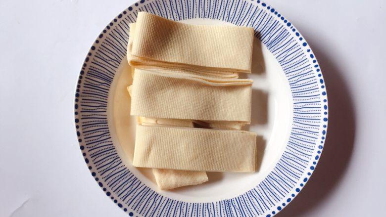 豆皮金针菇,豆皮切成约2厘米宽条状