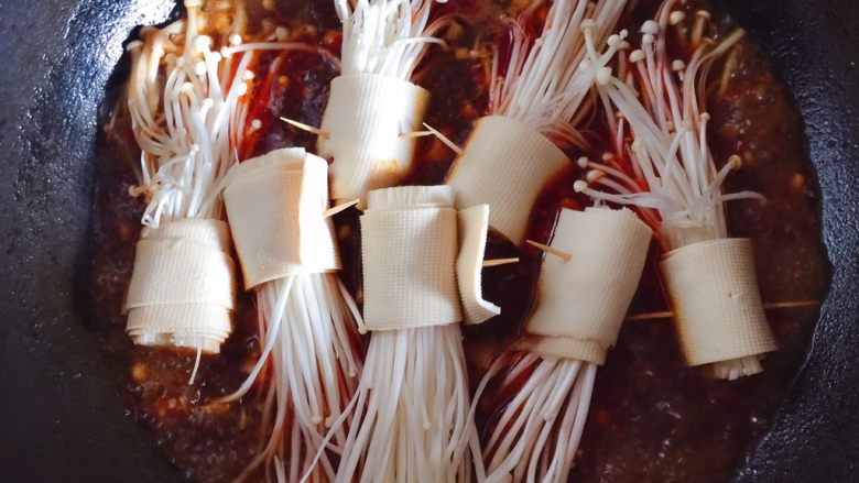 豆皮金针菇,放入卷好的豆皮金针菇煮熟
