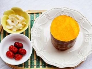 美食丨红枣百合蒸南瓜 滋阴润燥美颜,准备食材:南瓜一块、百合1个、红枣4个。