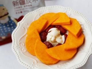 美食丨红枣百合蒸南瓜 滋阴润燥美颜,最中间放入百合。