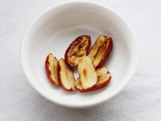 美食丨红枣百合蒸南瓜 滋阴润燥美颜,红枣用清水泡软洗净,切半后去籽。百合洗净剥成一瓣一瓣。