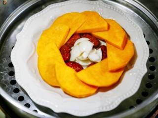 美食丨红枣百合蒸南瓜 滋阴润燥美颜,将盘子放入蒸锅,大火蒸二十分钟即可。
