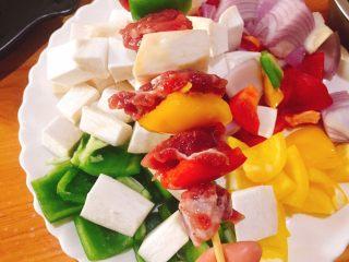 停不下来的美食+什锦牛肉串,牛肉块穿串,将蔬菜与牛肉块隔开