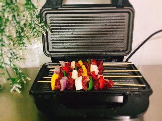 停不下来的美食+什锦牛肉串,将牛肉串摆上,一次可以烤四串,现烤现吃