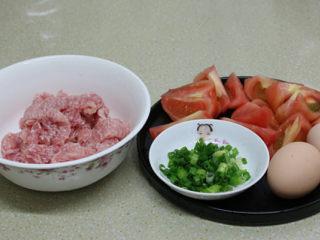 酥炸甜酸里脊肉,番茄可以带皮烹调,我家妞儿不吃番茄皮,所以将皮去掉了,洗净切块,小葱也洗净切碎