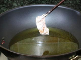 酥炸甜酸里脊肉,烧热油锅,油温升高至起鱼眼泡时,用筷子夹起肉片,放入油锅中,切记不要一股脑地倒入肉片,这样会粘成一坨,必须用筷子夹起,一片片加入锅里