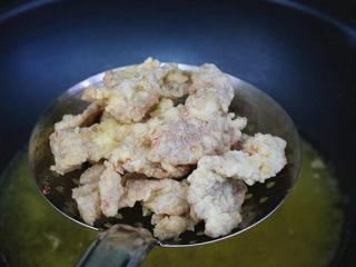 酥炸甜酸里脊肉,调大火,再将肉片复炸一次,快速捞起沥干油