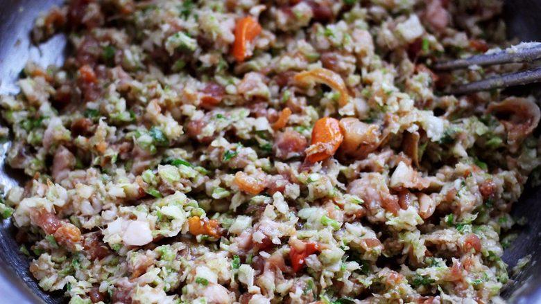 圆白菜扇贝翠玉饺子,把馅料搅拌均匀就可以了。