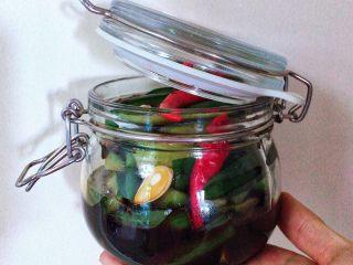 酱腌脆黄瓜,这个方子一共可以做500ml保鲜盒一份,我用了了两个容器分开装的。