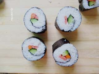 简易版寿司拼盘,卷好后刀上沾冷水,切成自己想要的大小