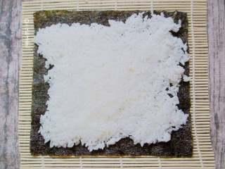 简易版寿司拼盘,寿司卷有两种,一种是先铺一张海苔片再把米饭平铺,另一种是反过来。区别就是最后的视觉效果不同而已。这里就只示范第一种。