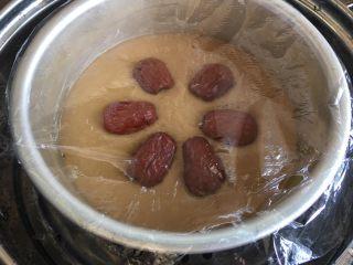 红糖发糕,发酵好的红糖发糕放几瓣枣,去核分两半,盖保鲜膜,冷水入锅蒸40分钟,到时间焖3分钟再出锅
