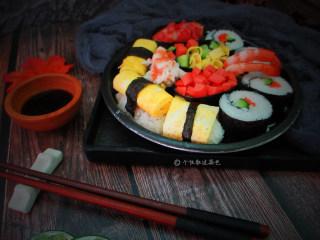 简易版寿司拼盘,最后就是最重要的摆盘。可以按照我这样挤满一个盘子