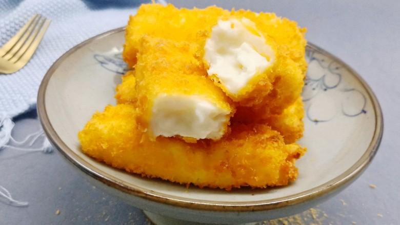 网红甜品【脆皮炸鲜奶】,颜色金黄、外壳酥脆、轻轻咬上一口你会发现里面是又嫩又香!