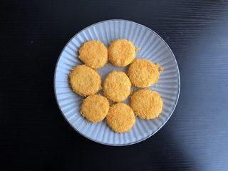 脆皮空心南瓜球,先蘸满清水,再包裹一层面包糠,用手将面包糠按压紧实,避免炸时掉落