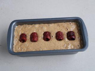 大米发糕,放在温暖的地方发酵至2倍大小,最后放上自己喜欢的干果;