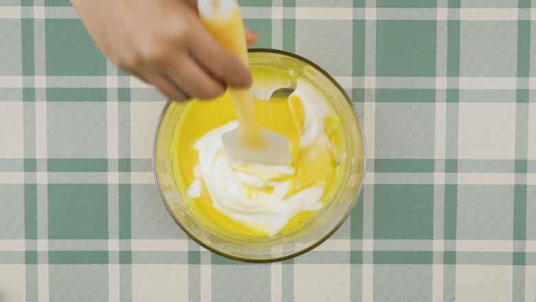 奇异果蛋糕卷,蛋黄糊加入1/3蛋白霜翻拌均匀,再将混合糊倒回剩余蛋白霜中翻拌均匀制成蛋糕糊