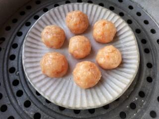 蒸拌鸡胸虾仁丸子——谁说要健身只能吃白水煮鸡胸肉?,将搓好的丸子放进盘中,上锅隔水蒸,开锅后再蒸10分钟即可。