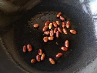 蒸拌鸡胸虾仁丸子——谁说要健身只能吃白水煮鸡胸肉?,小火翻炒至花生米焦黄。放凉备用。