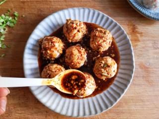 蒸拌鸡胸虾仁丸子——谁说要健身只能吃白水煮鸡胸肉?,将调好的凉拌汁浇在蒸好的丸子上。