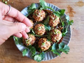 蒸拌鸡胸虾仁丸子——谁说要健身只能吃白水煮鸡胸肉?,撒上花生碎,香菜末,白芝麻。