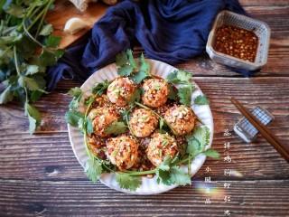 蒸拌鸡胸虾仁丸子——谁说要健身只能吃白水煮鸡胸肉?,装点上香菜叶就可以上桌啦。
