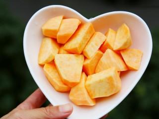 美食丨芝心红薯椰蓉球 一口一个超好吃~,红薯去皮切块。