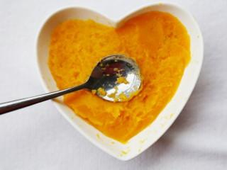 美食丨芝心红薯椰蓉球 一口一个超好吃~,蒸好的红薯用勺背压成泥。