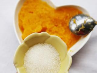 美食丨芝心红薯椰蓉球 一口一个超好吃~,加入白糖搅拌均匀。(白糖随个人喜好适量添加。)