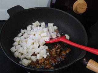 莲藕丁烧肉,然后加入莲藕丁,一同翻炒。