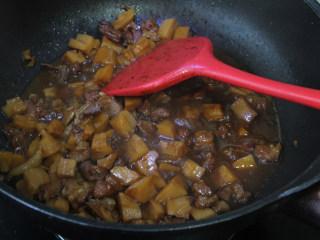 莲藕丁烧肉,加适量的水没过食材,水烧开后先大火煮10分钟,然后转小火煮20分钟。