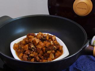 莲藕丁烧肉,加少许盐调味即可出锅,超级香。