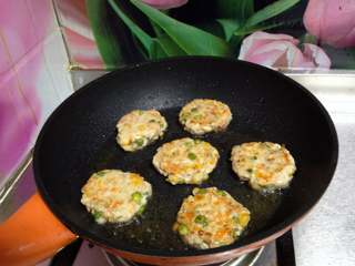 鸡肉玉米饼, 煎至两面金黄即可装盘,搭配米粥、蔬菜更好吃