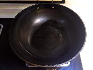 宝宝健康食谱  肉末茄子,炒锅烧热后放入1勺玉米油