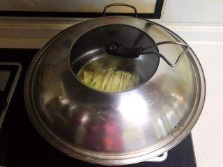 宝宝健康食谱  肉末茄子,盖上锅盖,水烧开后蒸15分钟