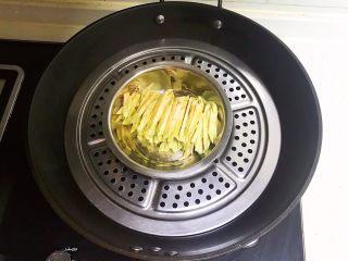 宝宝健康食谱  肉末茄子,把切好的茄丝放入蒸锅
