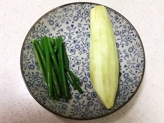 宝宝健康食谱  肉末茄子,香葱叶清洗干净,紫皮长茄子削皮