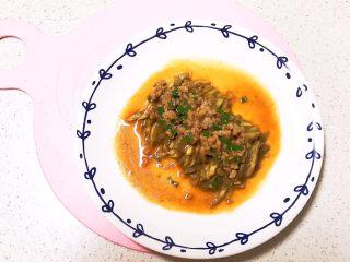 宝宝健康食谱  肉末茄子,把香葱猪肉末浇到蒸熟的茄子上就可以吃了,配上一碗米饭,宝宝吃得一点儿都没剩~
