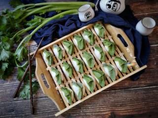 翡翠饺子——用一盘情意绵绵的饺子温暖整个冬天,捏好的饺子排排坐等下锅。
