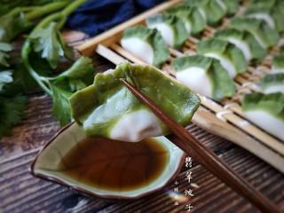 翡翠饺子——用一盘情意绵绵的饺子温暖整个冬天,锅中加宽水煮至微开,下入饺子,煮三个开,点两次水,饺子就可出锅啦!