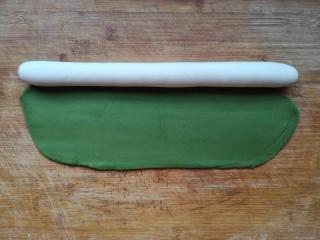 翡翠饺子——用一盘情意绵绵的饺子温暖整个冬天,把白色面团搓成圆柱形长条,将绿面团擀成椭圆形。(白色面团和绿色面团用量为2:1即可)